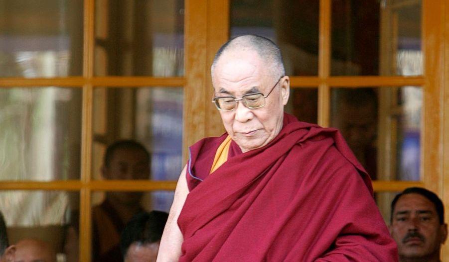 """C'est une page qui se tourne. Le Dalaï Lama a annoncé jeudi qu'il renonçait à son rôle de chef politique du gouvernement tibétain en exil. Il estime et """"répète, depuis le début des années 60"""" qu'il est temps de laisser la place à """"un chef élu librement par le peuple tibétain"""". Aujourd'hui, explique le chef des Tibétains âgé de 75 ans, il aimerait """"transmettre le pouvoir"""" et assure-t-il, """"aujourd'hui, nous avons clairement atteint le moment de mettre cela en application"""". Le Dalaï Lama se considère depuis longtemps comme """"semi-retraité"""" sur le plan politique avec la présence d'un Premier ministre élu, présent dans la ville de Dharamsala où le gouvernement vit en exil dans le nord de l'Inde. Il reste toutefois le chef spirituel des Tibétains."""