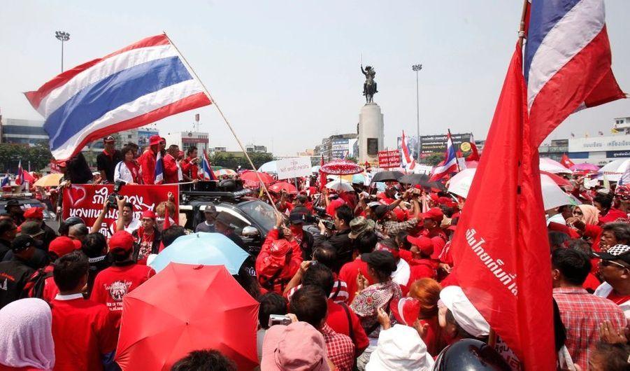 Des milliers d'opposants thaïlandais ont commencé à se rassembler vendredi à Bangkok pour un vaste mouvement de protestation qu'ils comptent organiser ces prochains jours afin de contraindre le gouvernement à convoquer des élections anticipées. Quelque 50 000 membres des forces de l'ordre sont mobilisés pour assurer la surveillance de la capitale. Les partisans de l'ex-Premier ministre Thaksin Shinawatra rassemblés sous la bannière du Front uni pour la démocratie contre la dictature (UDD) se sont regroupés dans cinq secteurs de la ville au son de discours scandés par haut-parleur. D'autres manifestants sont attendus au cours du week-end, plusieurs centaines de milliers dimanche.