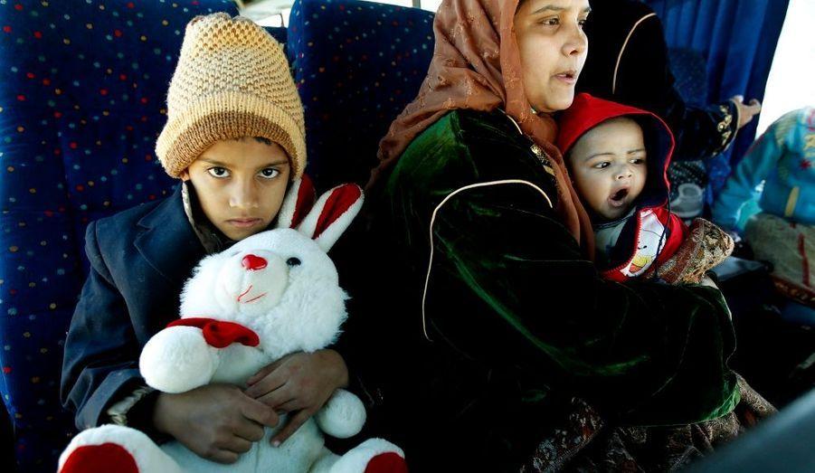 De nombreuses familles venues du Bengladesh fuient la Libye, où ils avaient immigré, pour gagner la Tunisie, notamment au camp de réfugié de Rad Jdir, à la frontière tunisienne.