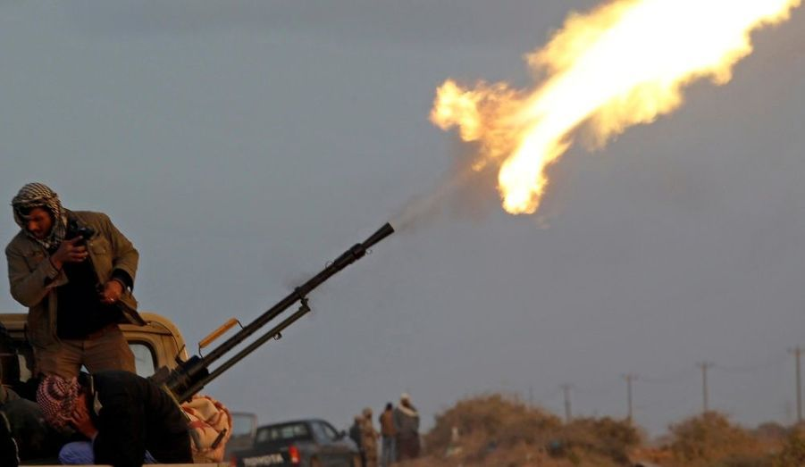 Des rebelles tirent près de Bin Jawad, en Libye. La contre-attaque des forces du colonel Kadhafi prend de l'ampleur, mais les anti-gouvernementaux ne veulent pas lâcher cette révolution.