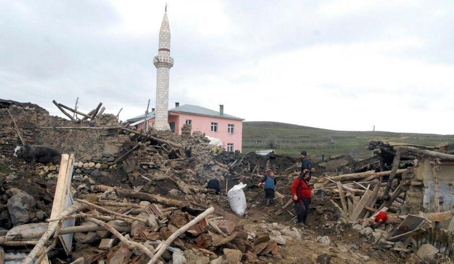 Dans la nuit de dimanche à lundi, la partie asiatique de la Turquie a été secouée par un tremblement de terre de magnitude 6, donnant lieu à la destruction de plusieurs maisons.