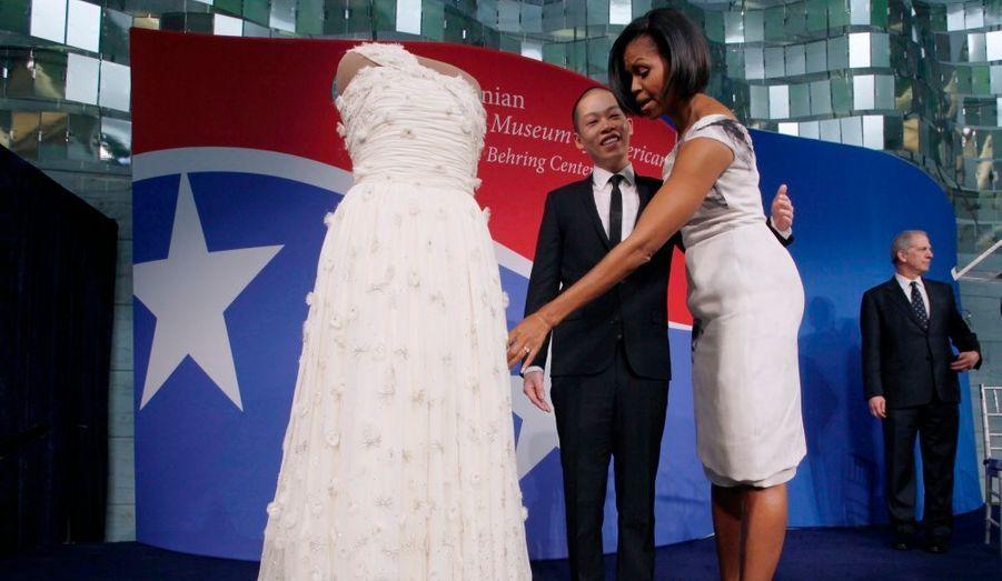 La First Lady des Etats-Unis, Michelle Obama, a offert la robe de bal qu'elle avait porté lors de la soirée d'investiture présidentielle le 20 janvier 2009 au fameux Musée de l'Histoire américaine. Elle a déclaré avec humour qu'elle avait eu très froid ce jour-là...