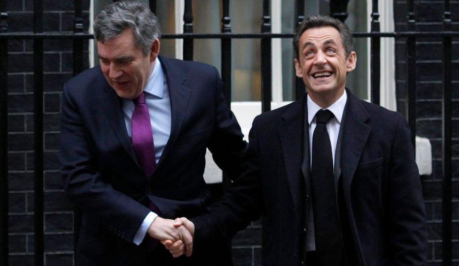 Nicolas Sarkozy est arrivé vendredi en fin de matinée à Londres pour un déjeuner de travail avec Gordon Brown afin de préparer le Conseil européen des 25 et 26 mars, selon l'Élysée. La prochaine réunion des dirigeants européens portera en particulier sur la stratégie de croissance de l'UE à l'horizon 2020 et sur l'après-sommet de Copenhague sur le climat. Après son déjeuner avec le Premier ministre britannique, Nicolas Sarkozy doit rencontrer brièvement David Cameron, le chef de l'opposition conservatrice au coude-à-coude avec les travaillistes pour les prochaines élections générales britanniques, au printemps.