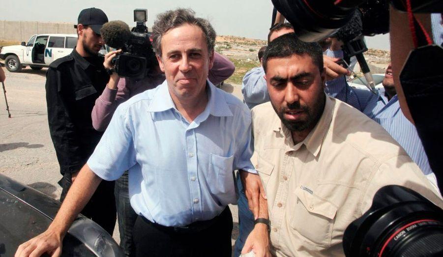 Le journaliste britannique Paul Martin se promène avec un membre des forces de sécurité après qu'il ait été libéré à Gaza par les dirigeants islamistes du Hamas de la bande de Gaza, près de quatre semaines après son arrestation, sur simple soupçon d'espionnage au profit Israël.