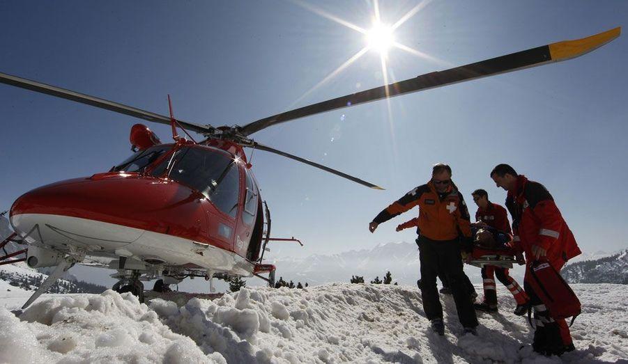 La mauvaise qualité de la neige a entraîné un surcroît d'accidents dans les Alpes suisses ces derniers jours. Ici, les secours évacuent un blessé à Flims.