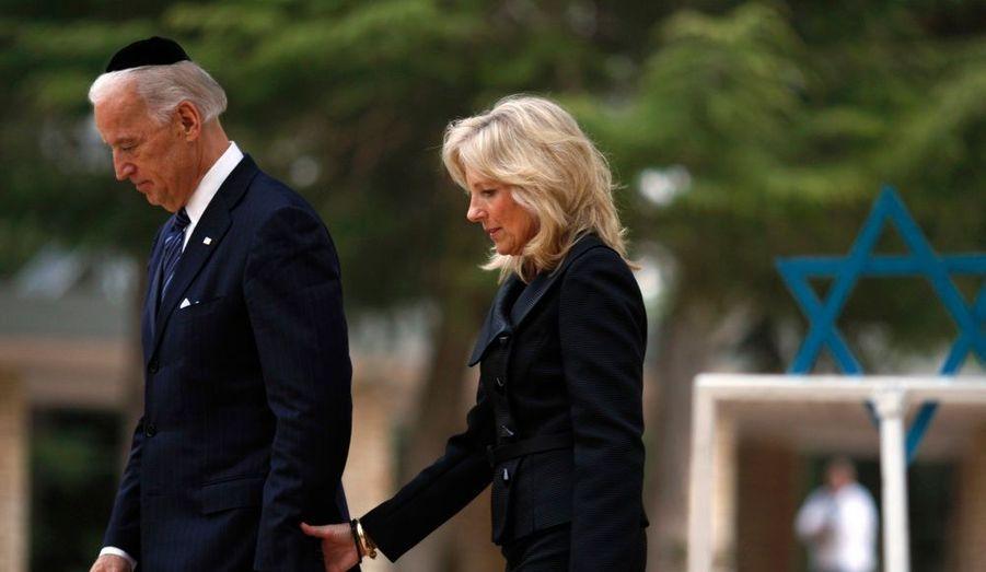 Le vice-président américain, Joe Biden et sa femme, Jill, marchent ensemble au cimetière militaire du mont Herzl à Jérusalem. Biden a confirmé, mardi, l'engagement de Washington pour la sécurité d'Israël, en empêchant l'Iran de produire des armes nucléaires.