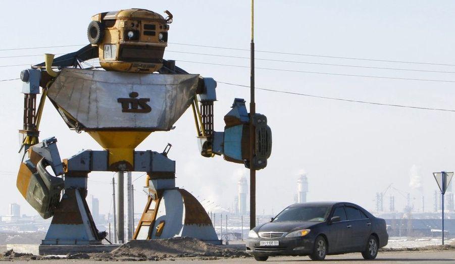 Ce robot géant, construit à partir d'épaves de voiture, est situé à l'extérieur de la ville de Yuzhny, en Ukraine