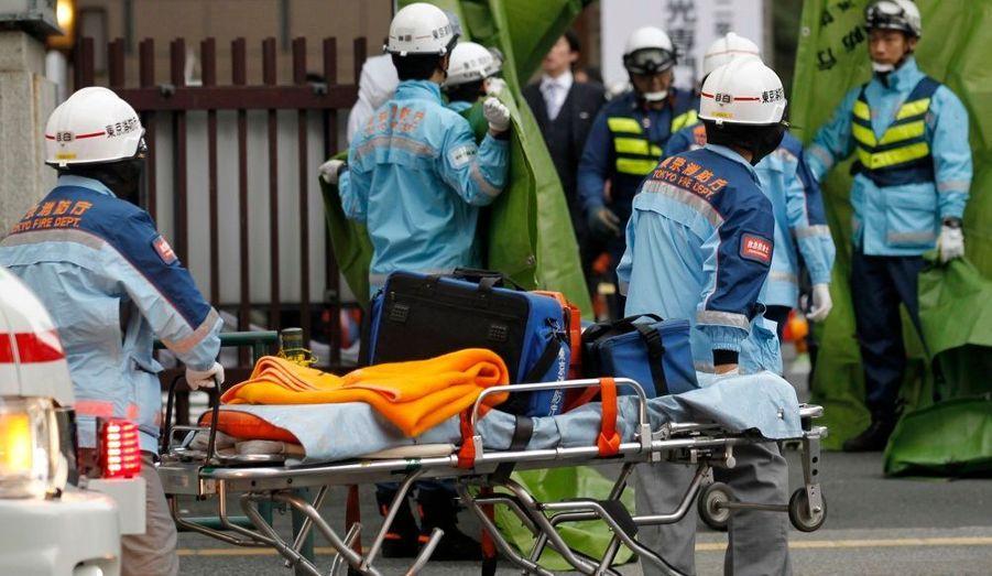 Des secouristes s'affairent dans le quartier financier de Tokyo. Le séisme qui a frappé vendredi le nord-est du Japon est le plus violent dans le pays depuis 140 ans, rapportent les sismologues. D'après l'institut américain de veille géologique (USGS), le tremblement de terre a atteint une magnitude de 8,9. Un bilan provisoire communiqué par les autorités dénombrerait 10 victimes.