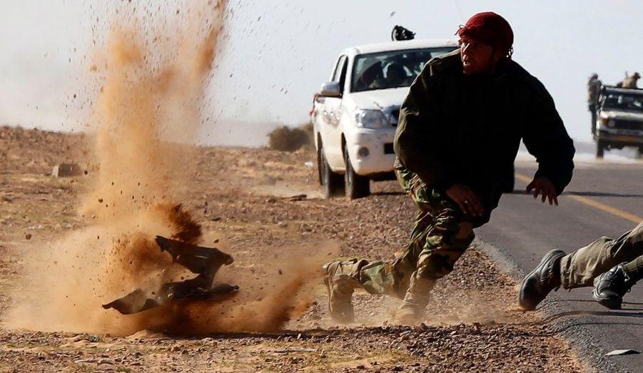 Des combattants rebelles, au cours d'intenses bombardements perpétrés par les forces fidèles au dirigeant libyen Mouammar Kadhafi, à proximité de Bin Jawad.