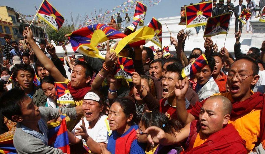 Lors d'une manifestation à Katmandou marquant le 51ème anniversaire du soulèvement tibétain, des manifestants ont protesté contre l'occupation chinoise. Dans un discours qu'il prononcera ce mercredi, le dalaï-lama devrait appeler les responsables politiques chinois à visiter les communautés tibétaines en éxil.