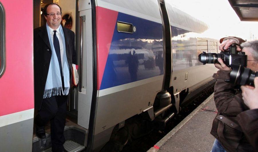 François Hollande arrivant en TGV à Nantes, pour un meeting deux jours avant le premier tour des élections régionales. L'ancien secrétaire du Partis socialiste est venu soutenir la tête de liste PS (et majorité sortante), Jean-Marc Ayrault.