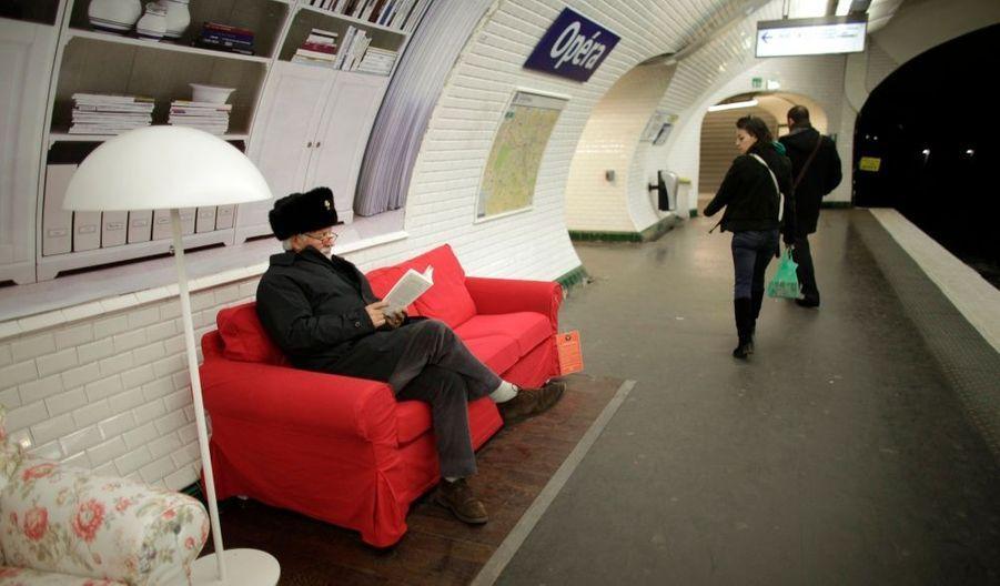 Cette photo n'est pas truquée : des canapés sont installés dans quelques grandes stations de métro parisiennes, comme ici à Opéra ou à Champs-Elysées Clémenceau. Une grande enseigne d'ameublement suédoise a en effet frappé fort en innovant avec cette opération marketing d'un nouveau genre. Durant 15 jours, les usagers du métropolitain pourront ainsi profiter d'un confort insolite !