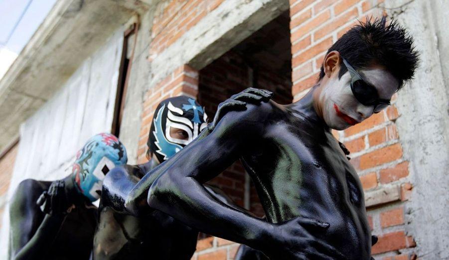 """Lors d'une manifestation cultuelle, des jeunes hommes, appelés """"los pintados"""", se couvrent d'huile et de cendre avant de courir à travers les rues du village de San Nicolas, au Mexique."""