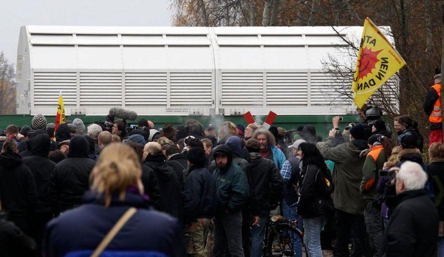 Le train de déchets radioactifs parti de France vendredi a atteint lundi sa gare terminus à Dannenberg, dans le Nord de Allemagne, après trois jours de trajet entravé par des militants antinucléaires, note le site du Spiegel , qui cite la police locale. Le convoi est arrivé aux environs de 8H30 GMT.