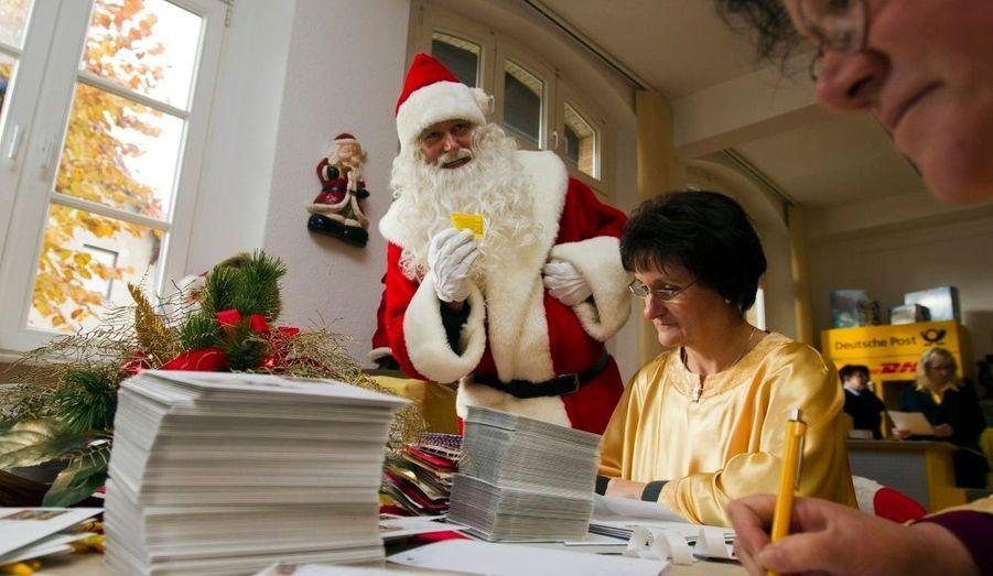 Plusieurs femmes répondent aux lettres adressées au Père Noël dans un bureau de poste spécial installé dans le village de Himmelpfort (Porte du Ciel), au nord de Berlin. Le bureau, qui s'est ouvert jeudi, prend en charge des courriers adressés au Père Noël et envoyés par des enfants du monde entier. Quelque 20 000 lettres sont déjà arrivées. Les organisateurs s'attendent à recevoir près de 280 000 missives et listes de souhaits.