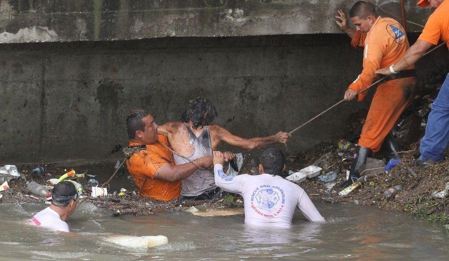 Piégé sous un pont à Cali, un homme est sauvé par les secours. Les inondations ont fait une cinquantaine de victimes en Colombie depuis ce week-end.