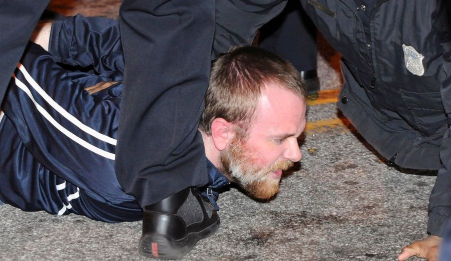 La police de l'état de Géorgie aux Etats-Unis a arrêté dimanche ce manifestant appartenant au mouvement des Indignés. Il refusait de quitter une rue en face du parc Woodruff à Atlanta qu'il occupait avec d'autres membres du groupe de protestataires contre la finance internationale. Vingt autres personnes ont été interpellées.