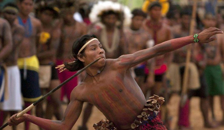 Un représentant d'une tribu amazonienne lance un javelot lors d'une épreuve des Jeux des nations indigènes qui se déroulent jusqu'au 12 novembre à Porto Nacional, au Brésil. 1300 indiens de 35 tribus différentes participent à ce tournoi.
