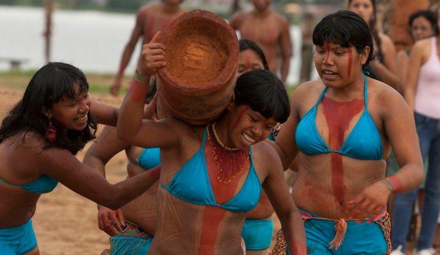 """Des indigènes brésiliens de la tribu des Gaviao participent aux """"Indigenous Nations Games"""", à Porto Nacional, au Brésil. Il s'agit là de l'épreuve du porté de tronc d'arbre. Ces jeux, qui s'achèvent demain, rassemblent 1300 membres de tribu à travers le pays."""