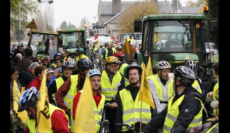 Ces manifestants à Notre-Dame-des-Landes attendent dimanche le coup d'envoi de la marche contre la construction d'un aéroport sur cette commune située à 30 km de Nantes. En vélos ou en tracteurs, ils prévoient d'atteindre Paris samedi 12 novembre.