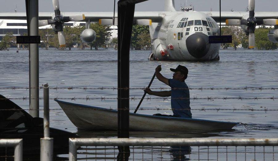 L'aéroport de Dom Muang, près de Bangkok, est toujours sous les eaux. Ici, des appareils de transport militaires sont cloués au sol.