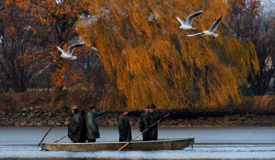 Des pêcheurs sur un bateau sillonnent un lac dans le village de Bosilec, en République Tchèque. La carpe frite, plat traditionnel du réveillon, est pêchée essentiellement en Bohème du Sud.
