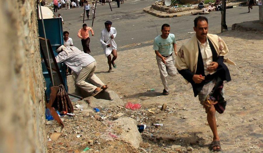 Des opposants au régime yéménite fuient alors que retentissent des coups de feu lors d'une manifestation contre le président Ali Abdullah Saleh, dans la ville du sud du pays, Taiz.