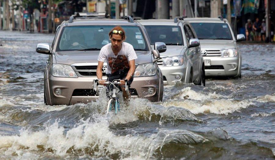 Dans cette rue inondée de Bangkok, ce cycliste peine à retrouver son chemin ce dimanche. Depuis juillet, date du début des inondations en Thaïlande, la rivière de Chao Phraya a provoqué de nombreux dégâts dans la capitale du pays.