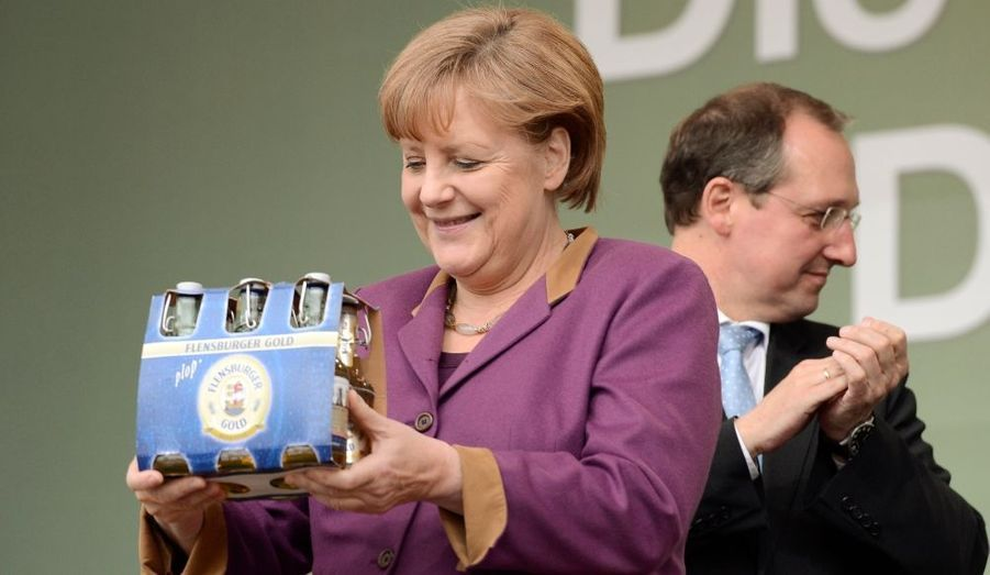 La Chancelière Angela Merkel s'est vue offrir un pack de la fameuse bière Flensburger lors d'un meeting dans le länder du Schleswig-Holstein - où se déroulera une élection le 6 mai...