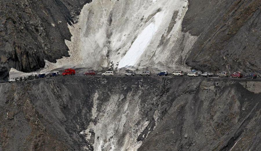 Des véhicules sur la route de Srinagar-Leh, rouverte au public par l'armée indienne au trafic après six mois passés sous la neige. La voie, longue de 443 km, relie le Kashmir à larégion du Ladakh, une zone prisée des touristes pour ses paysages et ses monastères bouddhistes.