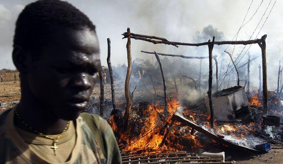 Des bombardements de l'aviation du Nord ont fait trois morts ce lundi au Soudan du Sud. Un correspondant de Reuters sur place dit avoir vu un avion larguer deux bombes près d'un pont entre la ville pétrolière de Bentiu et celle de Rubkona. «Je peux voir des étals de marché en feu à Rubkona et le corps d'une petit enfant brûler», a-t-il déclaré.