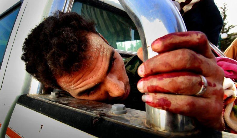 Un soldat pro-gouvernemental est capturé puis amené par les rebelles libyens à l'hôpital de Misrata. Plus d'une douzaine d'entre eux auraient été pris par les forces de l'opposition hier matin.