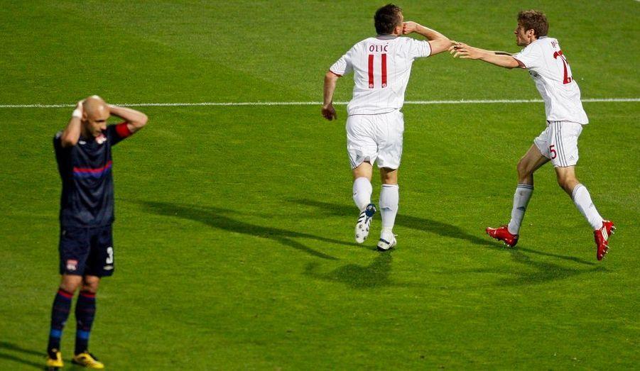 """Battu à l'aller (1-0) en Bavière, l'Olympique Lyonnais n'est pas parvenu à renverser la vapeur à l'occasion de la demi-finale retour de la Ligue des champions en s'inclinant lourdement face au Bayern Munich (3-0), mardi à Gerland. Le club allemand gagne le droit de disputer la finale de la plus prestigieuse des compétitions européennes, le 22 mai prochain à Madrid, grâce au triplé d'Ivica Olic (26e, 66e, 78e), héros de la rencontre. """"C'est dommage et c'est aussi une belle aventure qui se termine"""", a déclaré au micro d'Europe 1 Jean-Michel Aulas, président de l'Olympique Lyonnais. """"On s'est rendu compte qu'il y avait un gros écart avec cette équipe de Bayern"""", a-t-il ajouté. """"Quand il a fallu jouer sur des options tactiques défensives (...) l'équipe était à peu près au niveau sur ce registre et quant il a fallu jouer pour gagner (...) on s'est rendu compte que la dimension économique, l'environnement, l'organisation du football français n'était pas suffisants"""", a-t-il affirmé mercredi matin."""