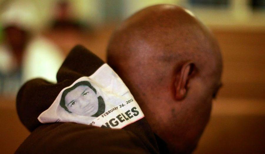 Ken Matthews, 48 ans, porte un pull à capuche avec une image de l'adolescent Trayvon Martin, lors d'un rassemblement à Los Angeles, en Californie.