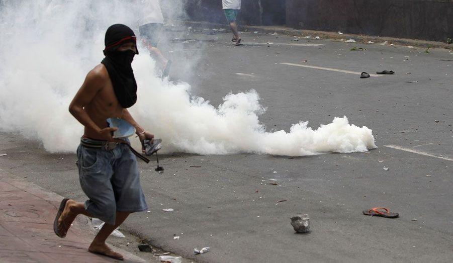 A Manille, aux Philippines, la démolition d'un bidonville a provoqué une émeute au bilan dramatique. Au moins un habitant a été tué et 40 ont été blessés dans l'assaut donné par les forces spéciales de la police.