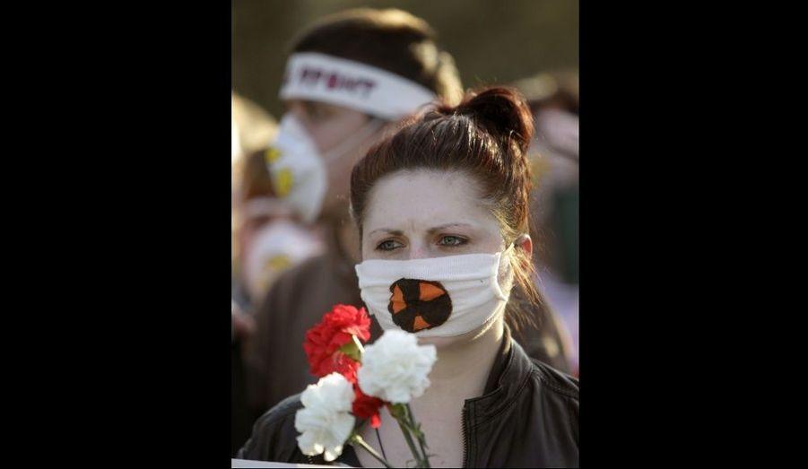 Des militants portant des masques signalant un danger radioactif ont manifesté à Minsk, à l'occasion du 26ème anniversaire de la catastrophe deTchernobyl.