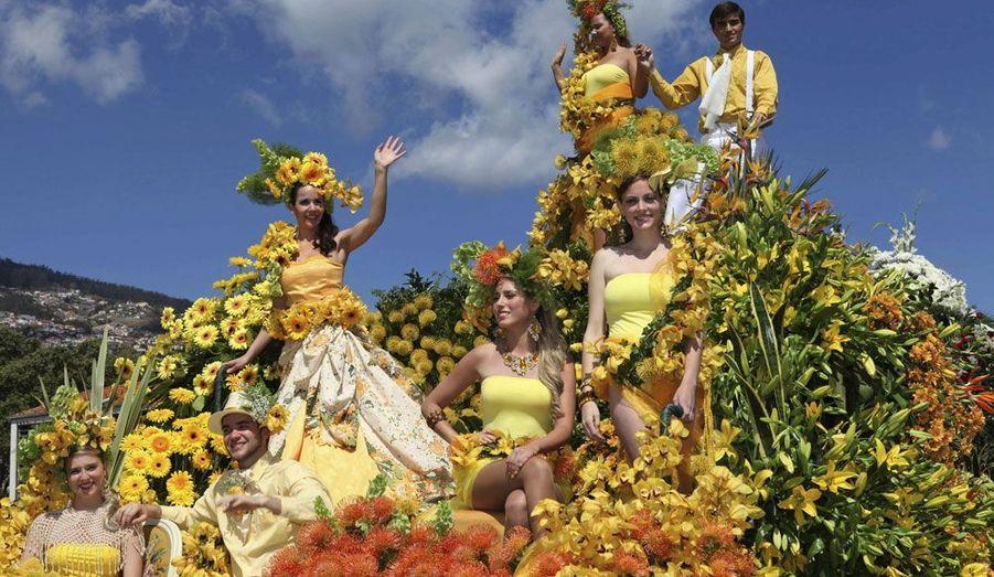 L'île de Madère accueille son éblouissant festival des Fleurs à chaque printemps. Grand moment de cet évènement qui se déroule dans la ville de Funchal: l'immense défilé où des centaines de danseurs en costume présentent des chars décorés de fleurs.
