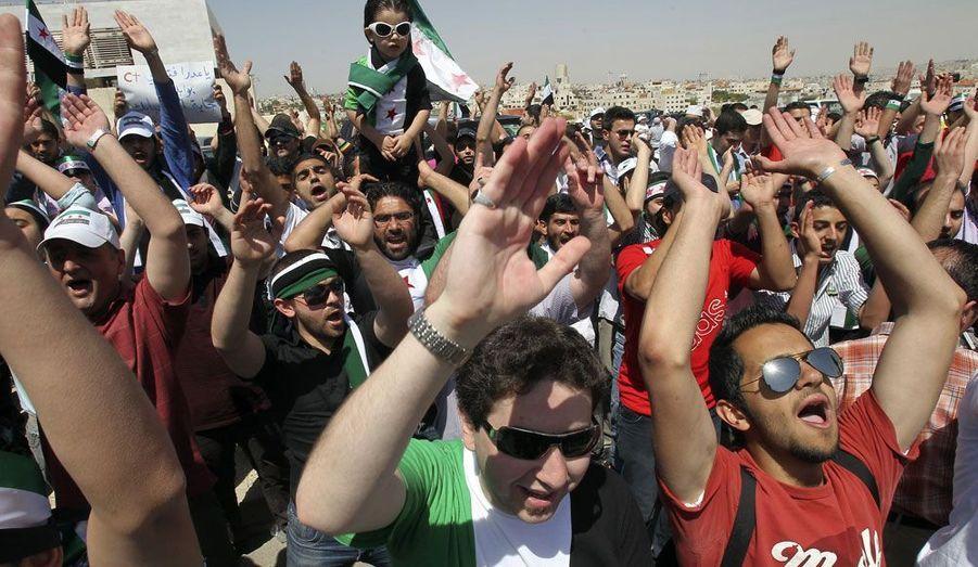 Des refugiés syriens manifestent contre le président du pays Bashar al-Assad devant l'ambassade d'Amman en Jordanie.