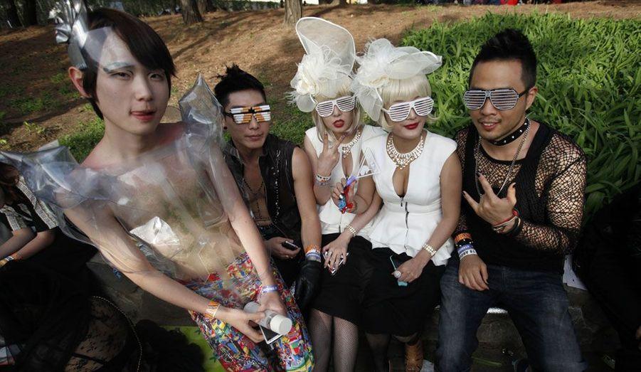 Un groupe de fans de Lady Gaga posent devant l'objectif avant un concert de leur idole au stade olympique de Seoul en Corée.