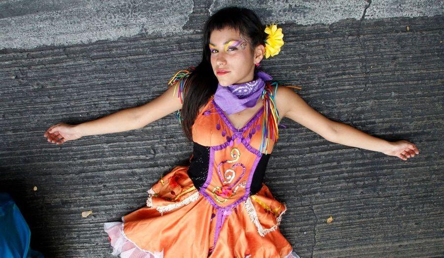 Une jeune femme manifeste pour une réforme du système éducatif chilien, à Santiago.