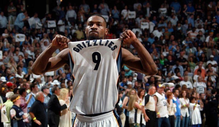 """Il n'y a pas eu de miracle, vendredi, pour San Antonio. Contraints de s'imposer pour décrocher un septième match décisif, les Spurs se sont finalement inclinés face à Memphis (91-99), et laissent donc les Grizzlies se qualifier pour les demi-finales de Conférence. Si Tony Parker a terminé meilleur marqueur de son équipe avec 23 points, cela s'est révélé insuffisant face à la maîtrise de Zach Randolph à l'intérieur, """"Z-Bo"""" signant 18 de ses 31 points dans le dernier quart temps. Leader de la Conférence Ouest après la saison régulière, San Antonio est donc éliminé. De son côté, Memphis affrontera le Thunder."""