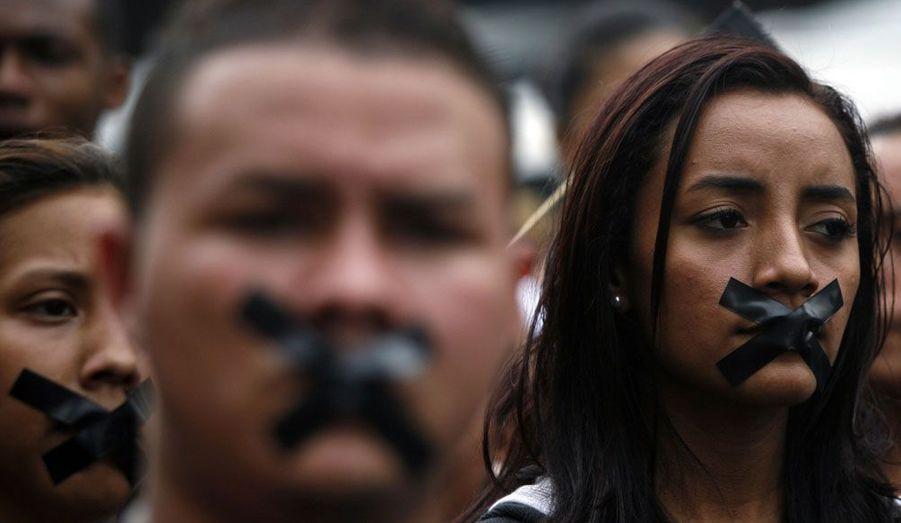 Des protestataires manifestent dans les rues de la ville de Panama, au Panama, afin de défendre la liberté d'expression dans le pays. Le 19 avril, un journaliste a été agressé verbalement par un membre du gouvernement au cours d'une conférence.