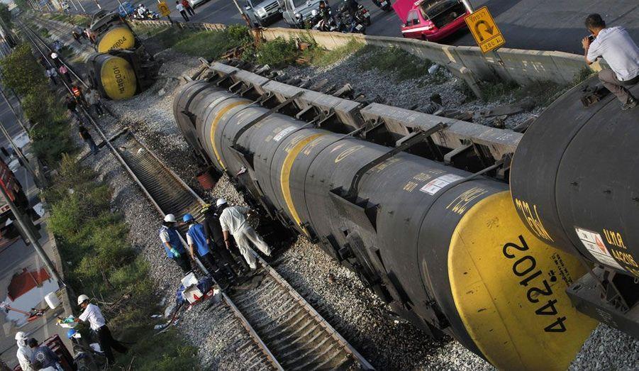 Un train de marchandise transportant du pétrole a déraillé près de l'aéroport Don Muang, à Bangkok en Thaïlande.