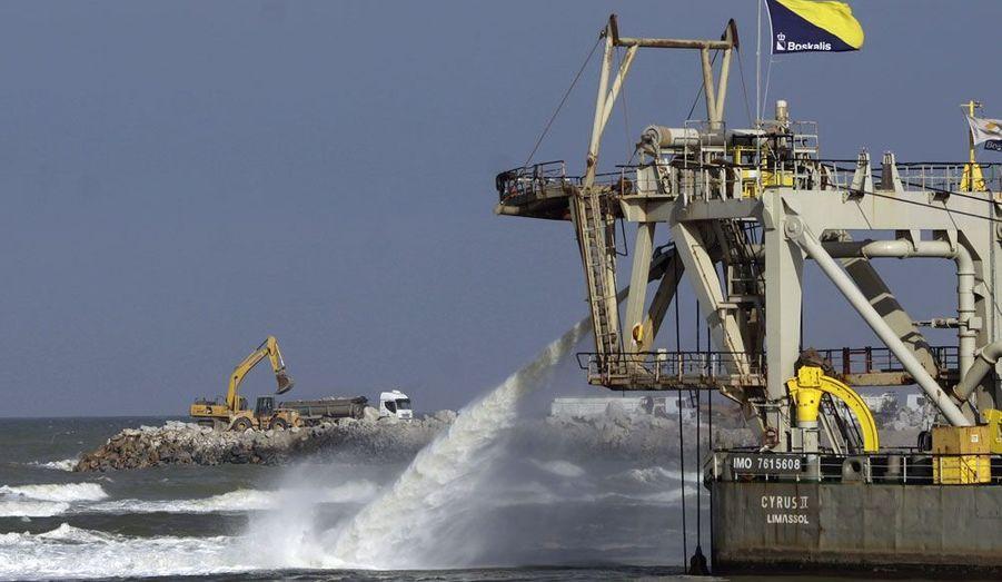 A Sao Jaoa da Barra, au Brésil, des engins sont mobilisés pour la construction d'un port par EBX, l'entreprise du milliardaire Eike Batista.