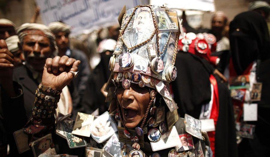 Une partisane de l'ancien président yéménite Ali Abdullah Saleh est descendue dans la rue vêtue d'un costume composé de pins et broches à l'effigie de l'homme. Elle réclame une enquête sur la tentative d'assassinat perpétrée contre lui l'an dernier.