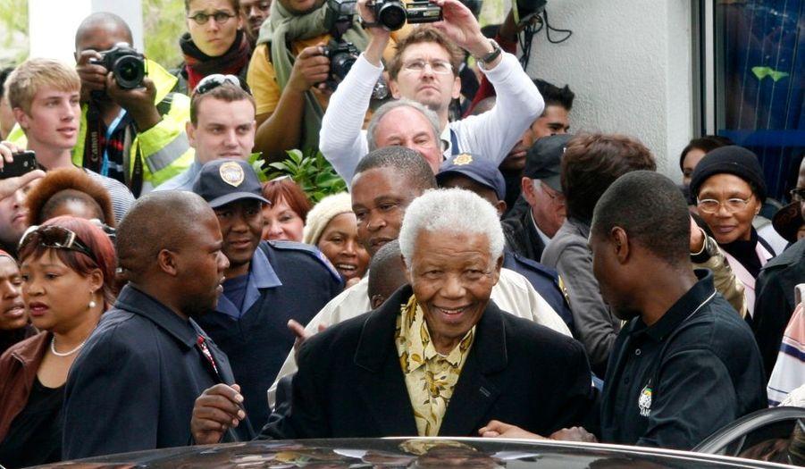 L'icône de l'anti-apartheid Nelson Mandela est bien sûr allé voter ce mercredi aux élections législatives et provinciales organisées en Afrique du Sud. Ce scrutin va sans doute renouveler le parti qu'il a créé il y a 15 ans, l'ANC,au pouvoir, avec plus de diffcultés que d'habitudes toutefois.