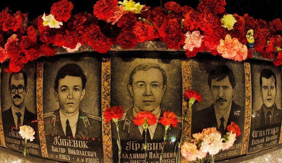 Le 26 avril 1986, un des réacteurs de la centrale nucléaire de Tchernobyl, en Ukraine, explosait. Pour commémorer la mémoire des victimes, de nombreuses fleurs ont été déposés hier sur le Mémorial, à Slavuytch.