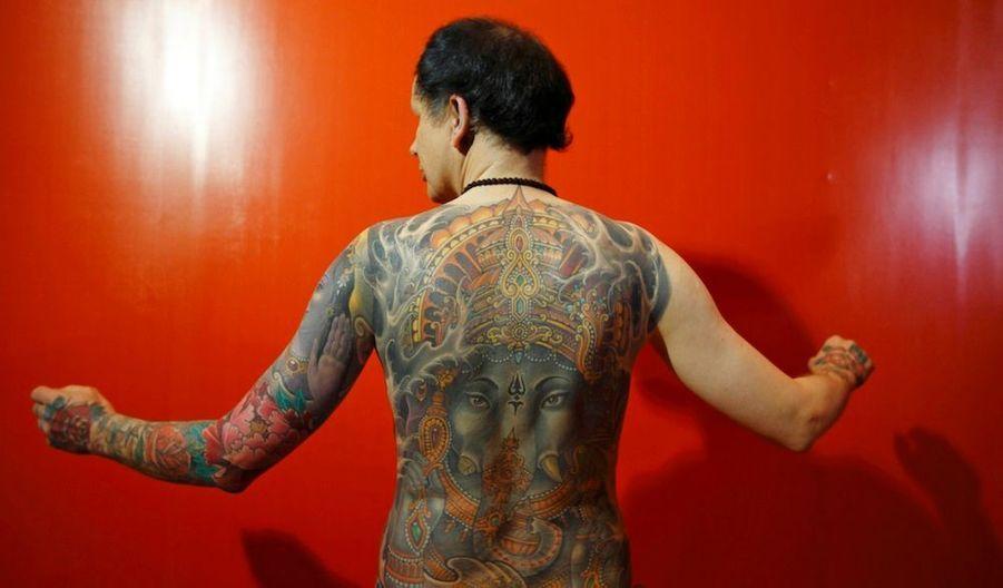Un homme pose lors de la2nd International Nepal Tattoo Convention, lancée l'an dernier à l'occasion de l'année du tourisme au Népal.