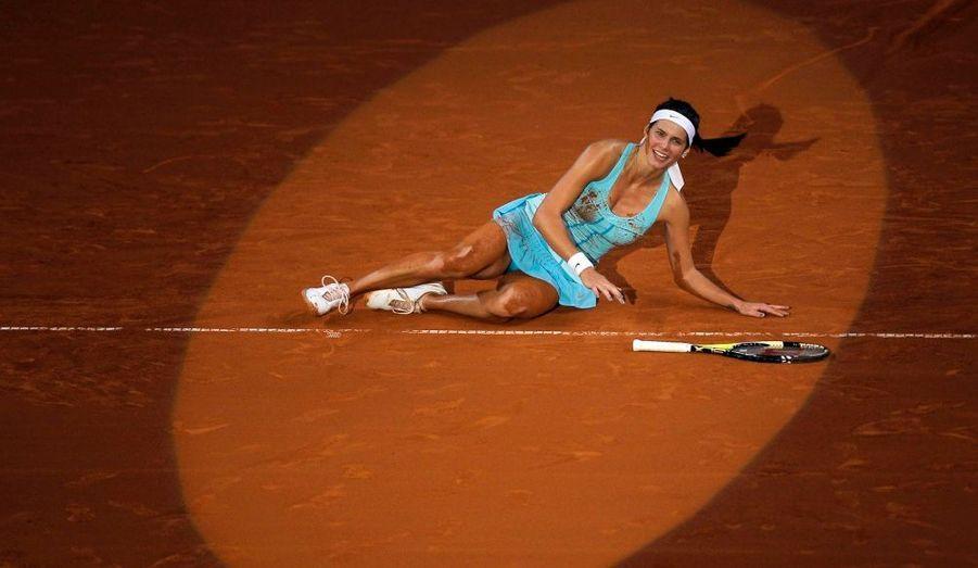 La joueuse allemande Julia Goerges célèbre sa victoire en finale du tournoi de Stuttgart contre la Danoise Caroline Wozniacki.