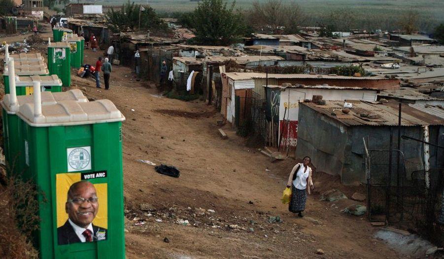 """Plus de 23 millions de Sud-Africains sont appelés aux urnes ce mercredi, à l'occasion d'élections législatives et provinciales dont la seule inconnue est la marge avec laquelle le Congrès national africain (ANC) sera déclaré vainqueur. Le parti de Jacob Zuma -longtemps dirigé par Nelson Mandela- a appelé les électeurs à se mobiliser massivement pour lui accorder """"une majorité écrasante"""". Au pouvoir depuis l'abolition du régime de ségrégation, en 1994, l'ANC traverse une période difficile; une partie de ses membres a fait scission en décembre dernier et l'opposition est de plus en plus virulente contre Zuma -accusé de corruption."""